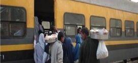 انتشار الباعة الجائلين يزعج ركاب قطارات خط الصعيد  الباعة فى القطار.